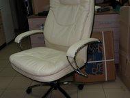Кресло компьютерное Кресло обивка - натуральная перфорированная кожа. Эргономичная форма спинки и сидения соответствует анатомической форме тела челов, Саратов - Столы, кресла, стулья